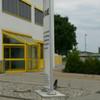 Seitenansicht konvexer Werbepylon 400x120x30 cm Standort Würzburg